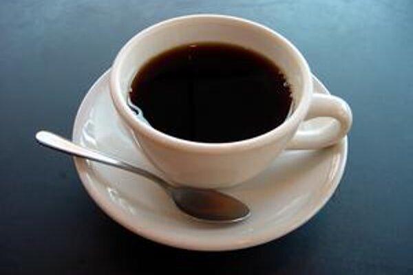 Šálka kávy nezaškodí. Myšiam sa po dávkach kofeínu vrátila pamäť.