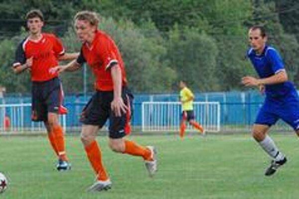 A. Jevľanov (s loptou) sa chystá k strele, ktorá sa skončila krásnym a rozhodujúcim gólom.
