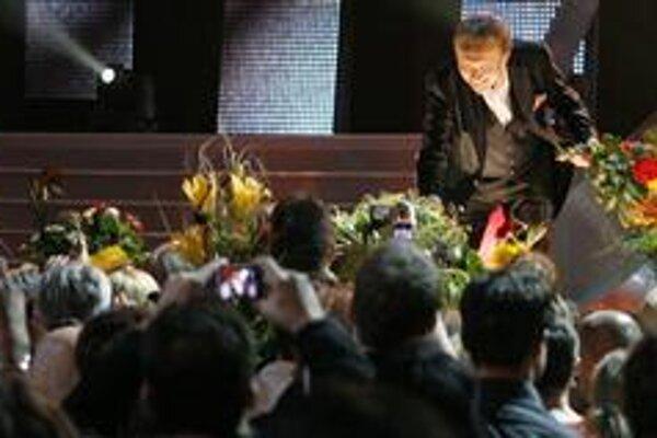 Zaplavený kyticami. Na nedostatok kvetov sa Božskej Kája nemohol sťažovať.