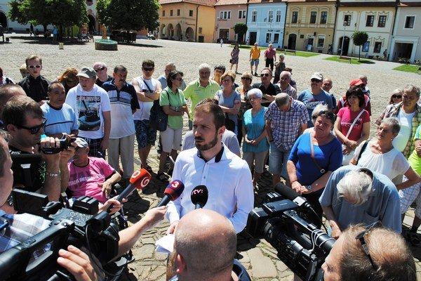 Poslanec Milan Pilip. Na tlačovke ho podporili protestujúci Bardejovčania.