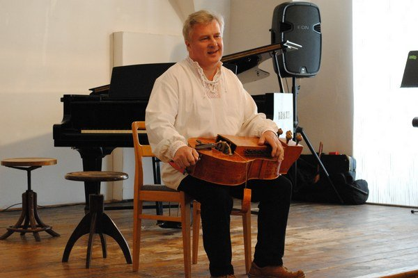 Ján Hrubovčák. Na koncerte vkoncertnej sále vhumenskom kaštieli.
