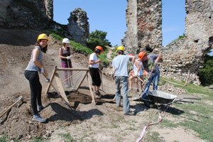 Dobrovoľníci pomáhajú pri archeologickom výskume.