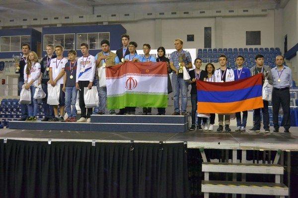 Trojica najlepších tímov. Zľava: Rusko, víťazný Irán aArménsko.
