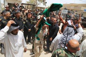 Civilisti a vojaci oslavujú oslobodenie Fallúdže.