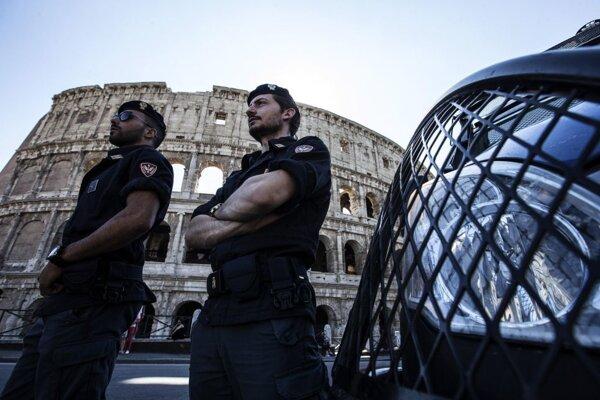Policajná hliadka pri Koloseu.