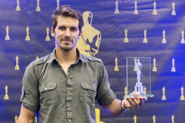 Matej Beňuš s ocenením pre najlepšieho slovenského kanoistu za rok 2015.