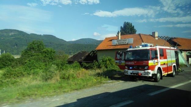 Na mieste ešte stále zasahujú hasiči.