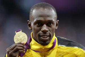Usain Bolt pózuje so zlatou medailou, ktorú získal vo finále behu na 100 metrov na OH v Londýne. Získa ju aj v Riu?