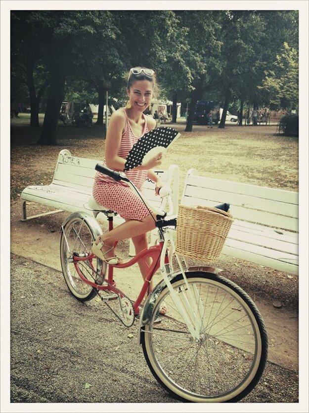 Leto na bicykli. Keď je pekne, Lucia sa na ňom rada prevezie.
