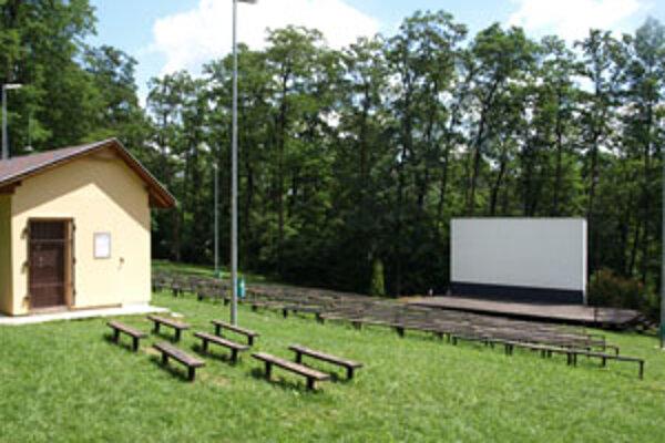 Toto leto je kino pod holým nebom v lesoparku bez filmov.
