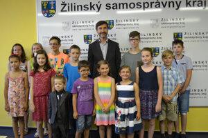 Nádejní šachisti si zapózovali s predsedom ŽSK Jurajom Blanárom.