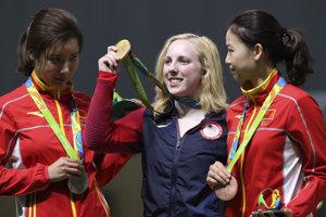 Američanka Virginia Thasherová (uprostred) získala prvú zlatú olympijskú medailu na hrách v Riu de Janeiro.