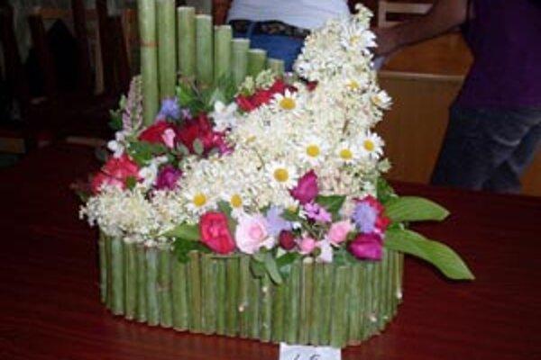 Mladí ľudia aranžovali kvety aj do dreva.
