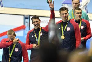 Phelps (druhý zľava) sa raduje zo zisku zlatej medaily.