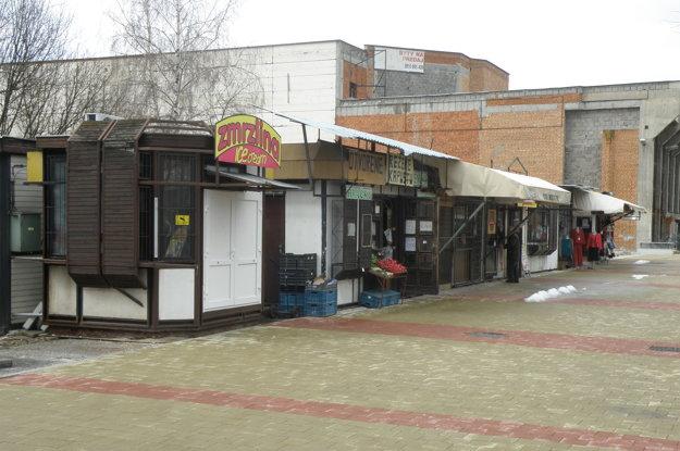 Takto to na mieste, kde dnes stojí nový objekt, vyzeralo dlhé roky. Ošarpané stánky špatili centrum mesta, ľudia ich kritizovali.