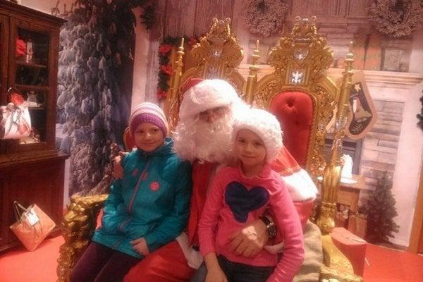 Vo svojej útulni čaká Babbo Natale na deti, ktoré mu prídu povedať svoje vianočné priania.