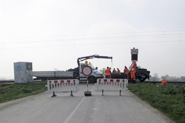 Vodič si chcel cestu skrátiť cez rekonštruované priecestie.