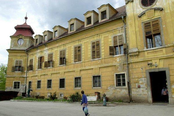 Kaštieľ dal v roku 1719 postaviť gróf Žigmund Csáky.