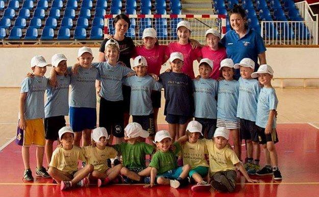 Malí športovci s basketbalistkami.