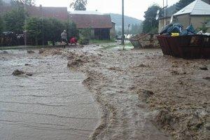 Stačilo pár minút a voda sa liala dolu dedinou.