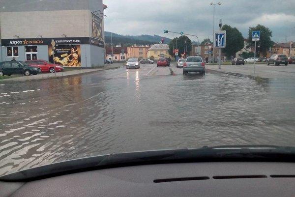 Výjazd spred obchodného domu Tesco pod vodou.