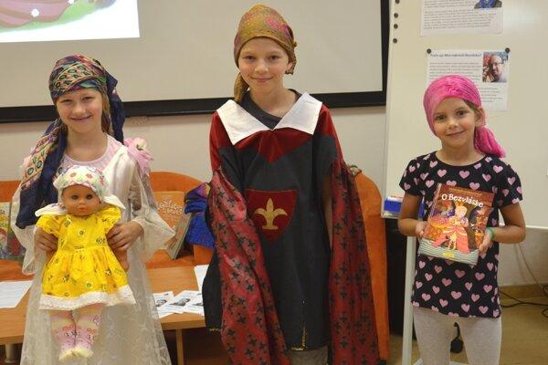 Na znak solidarity s chorými si deti uviazali na hlavy šatky.