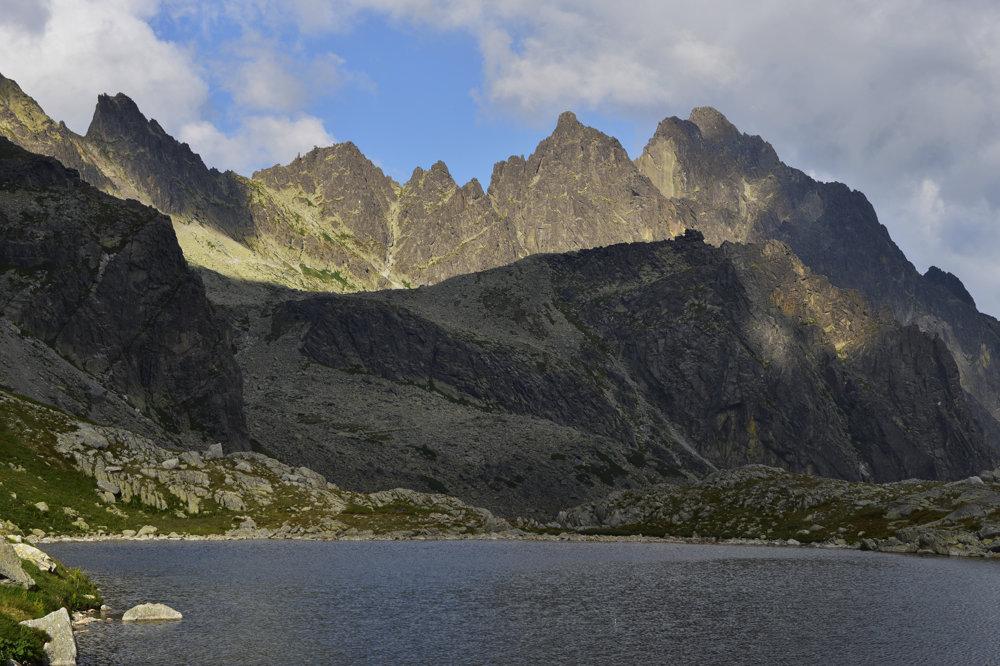 Pohľad od Starolesnianského plesa z Veľkej Studenej doliny na Prostredný hrebeň. Vľavo hore je Priečne sedlo, priechod do Malej Studenej doliny.