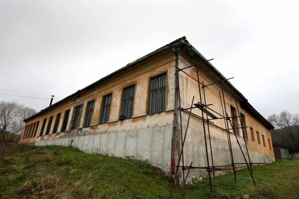Bývalú školu, ktorá neskôr slúžila aj ako stolárska dielňa, kupuje nová mestská eseročka.