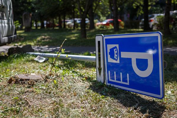 Útok vandalov. Na jednom parkovisku bolo vytrhnutých sedem značiek.
