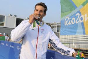 Matej Beňuš pózuje so striebornou medailou.