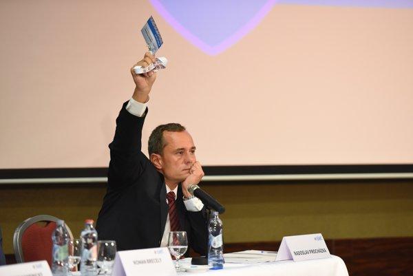 Radoslav Procházka na sneme v Trnave, počas ktorého skončil na mieste šéfa strany Sieť.