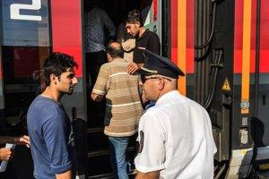 Ľudia nastupujú na budapeštianskej stanici Keléti na vlak do západnej Európy.