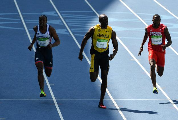 Usain Bolt v akcii počas behu na sto metrov v Riu de Janeiro.