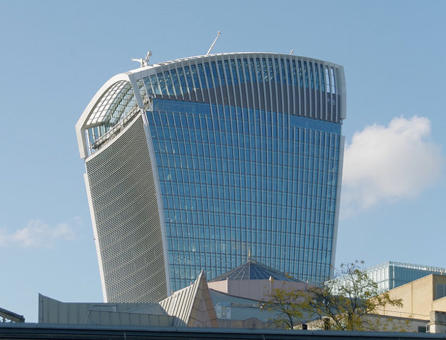 Budovu 20 Fenchurch Street (Walkie Talkie) projektoval Uruguajčan Rafael Viñoly.