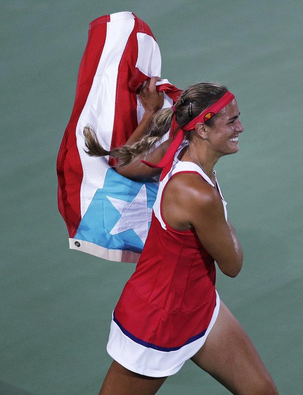 Puigová beží s portorickou vlajkou.
