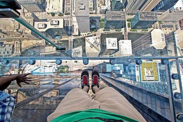Willis Tower Skydeck v Chicagu. Vstúpiť nad obrovskú hĺbku vyžaduje odvahu.