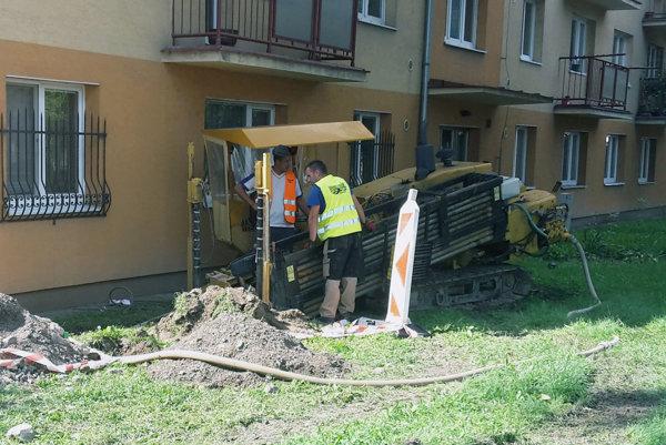Pri budovaní kanalizácie môže vŕtací pracovať z povrchu.
