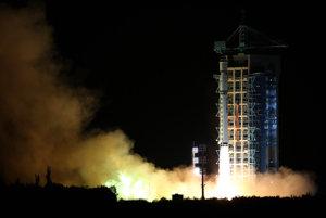Na orbitu, kde má fungovať dva roky, vyniesla družicu Mo Ti nosná raketa Dlhý pochod 2D.