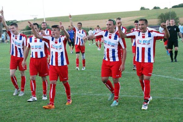 Futbalisti Paty, nováčik súťaže, majú po dvoch kolách štyri body. Snímka je z júnového turnaja majstrov v Bábe.