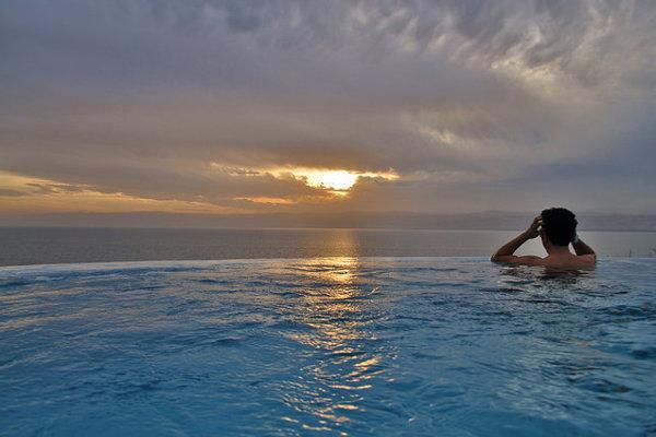 Výhľad na Mŕtve more z jedného z bazénov na jordánskej strane Mŕtveho mora.
