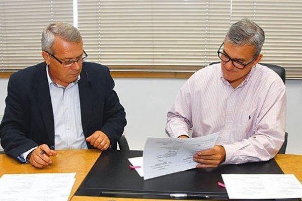 Tľapli si. Železiarenský šéf odborov M. Hintoš a prezident S. Buckiso podpisujú nový dodatok.