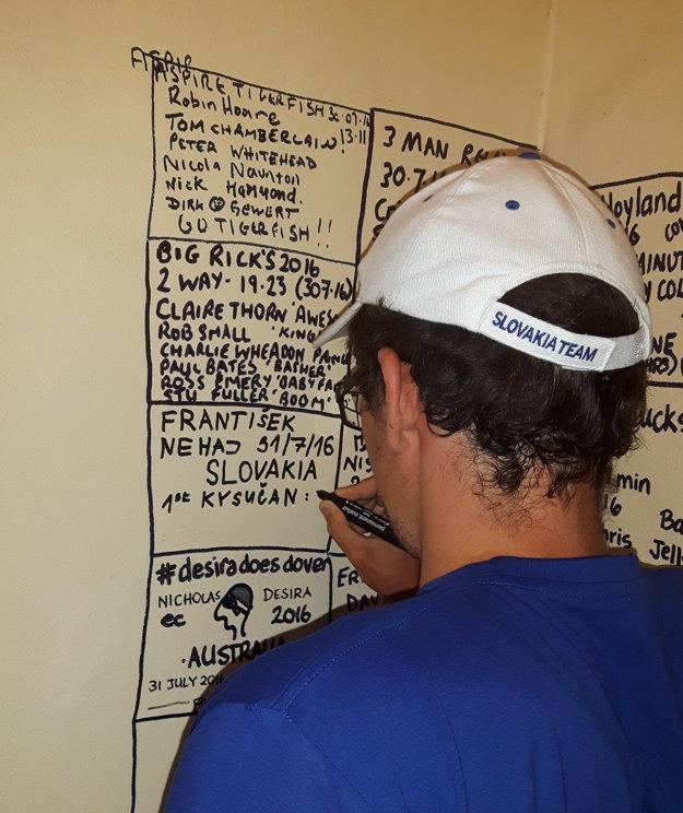Pri zapisovaní sa na tabuľu úspešných plavcov.