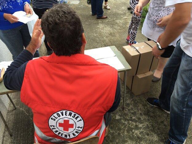 Balíčky pomoci odovzdali odkázaným pracovníci mestského úradu a dobrovoľníci Červeného kríža.