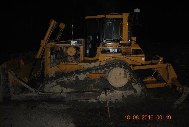 Ohňom poškodený bol aj buldozér na Horenej Skotni.