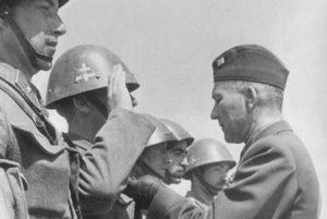Generál F. Čatloš vyznamenáva slovenských vojakov bojujúcich na východnom fronte.