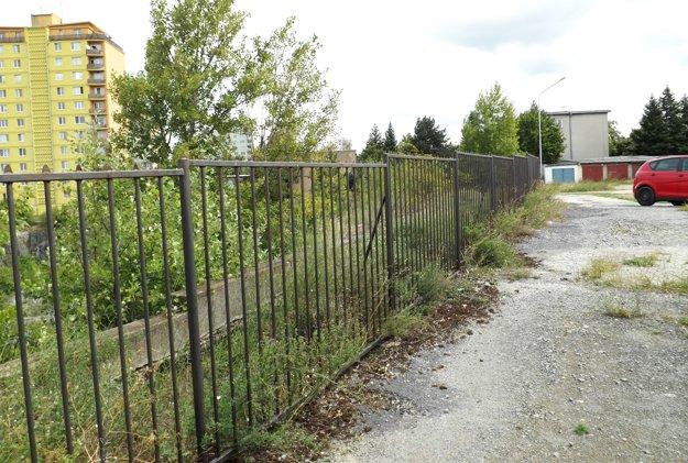 Fabrickú ulicu od bane oddeľuje plot, jej časť je už uzavretá.