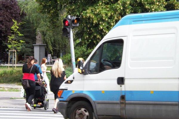 Chodci sú ešte na priechode, keď majú autá prichádzajúce z Cintorínskej zelenú. Na ľudí ich upozorňuje oranžový panáčik.