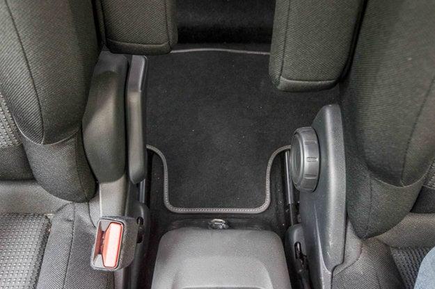 Zaujímavý, ale praktický detail. Sklon sedadla si spolujazdec nastavuje páčkou, vodič kolieskom. Koliesko je vhodné pre nastavenie presnej polohy, páčka pre rýchle sklopenie do