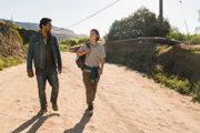 Seriál Walking Dead - Živí mŕtví vznikol na motívy úspešného komiksu. Pôvodne ho pripravoval režisér Frank Darabont, autor Vykúpenia z väznice Shawshank alebo Zelenej míle. Dnes sa k pôvodnému seriálu pridružil druhý seriálový titul - Fear the walking dead. Hlavnú úlohu si v ňom zahral Cliff Curtis (na snímke vľavo)