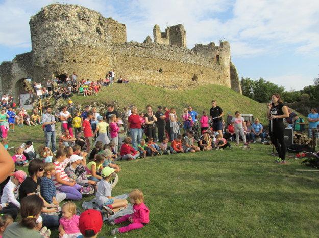 Noc hradných zrúcanín. Na Jasenovskom hrade sa uskutočnil vsobotu 13. augusta. Prítomných na hradnom nádvorí Jasenovského hradu privítala starostka Lucia Sukeľová. Súčasťou podujatia bol program pre deti na stanovištiach cestou khradu, ukážky historického šermu vpodaní skupiny Vikomt, streľba zluku, možnosť razby falošných mincí avzávere večerné osvetlenie hradu.